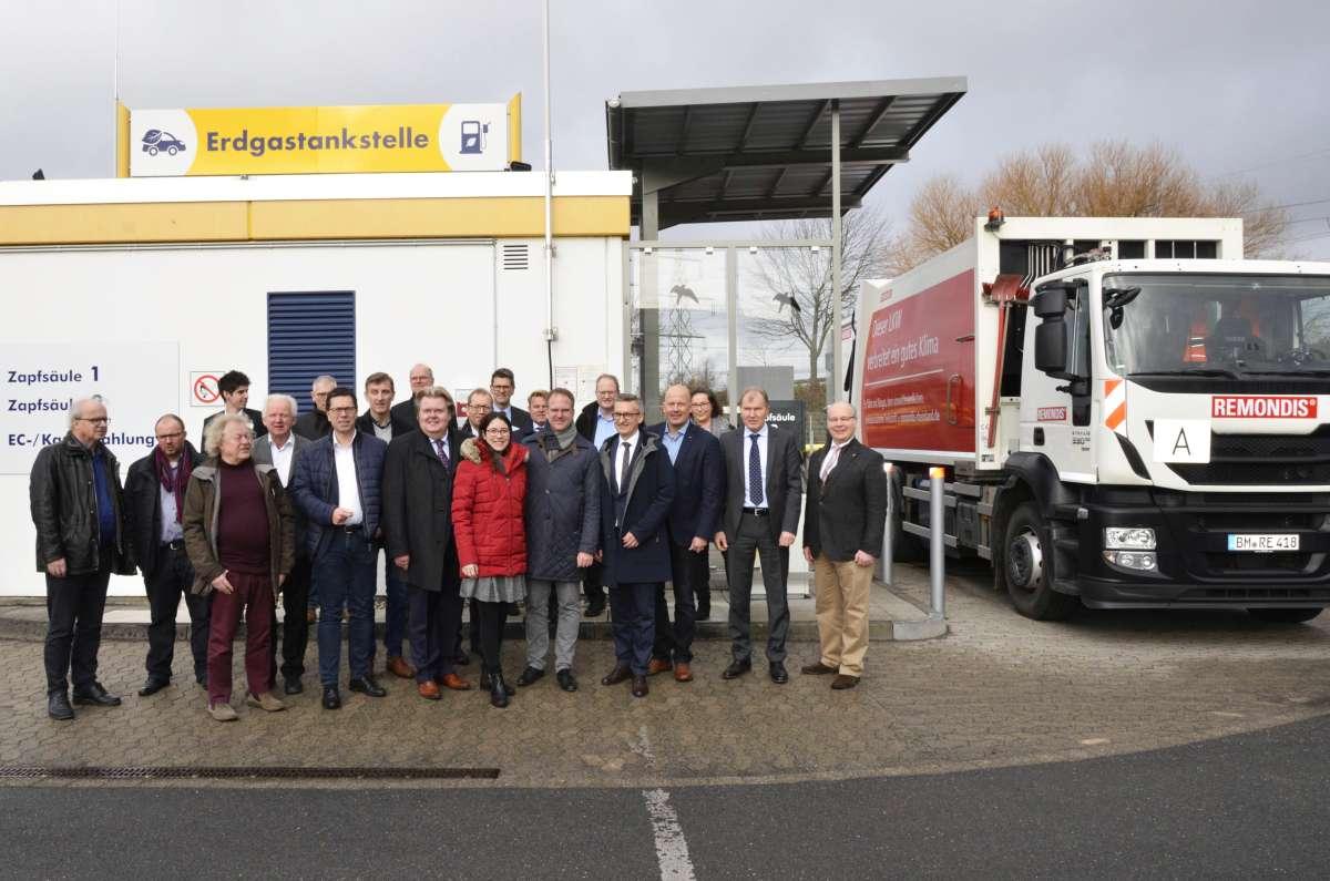 Zur offiziellen Eröffnung der CNG-Erdgastankstelle der GVG Rhein-Erft erschienen zahlreiche Vertreter aus Politik und Wirtschaft.